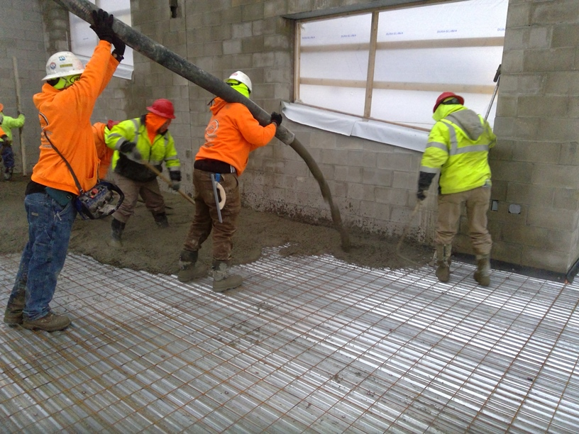 Photo of the process of pouring concrete on the second floor.
