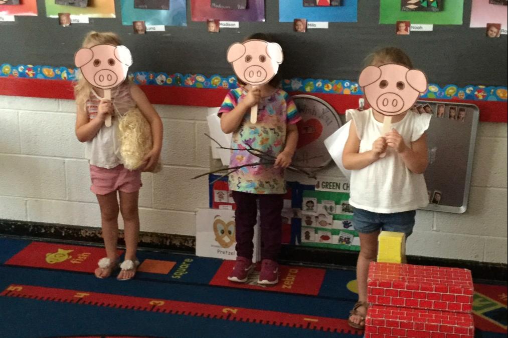 kids dressed as 3 little pigs