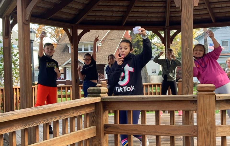 6 students outdoors eating Italian ice